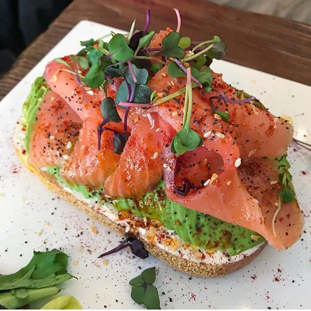 Can never go wrong with a classic Atlantic Salmon Lox Toast 😋 Ingredients include Atlantic lox salmon, cream cheese, smoked paprika and everything bagel seasoning. pc: @lynzeemarmor
