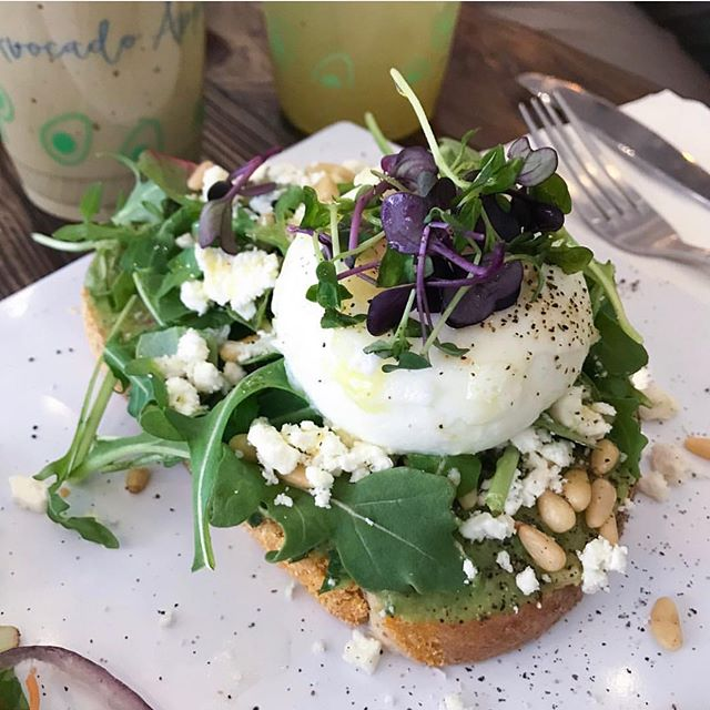 Starting off hump days right with this deliciously looking avocado toast 😋🥑 pc: @lynzeemarmor