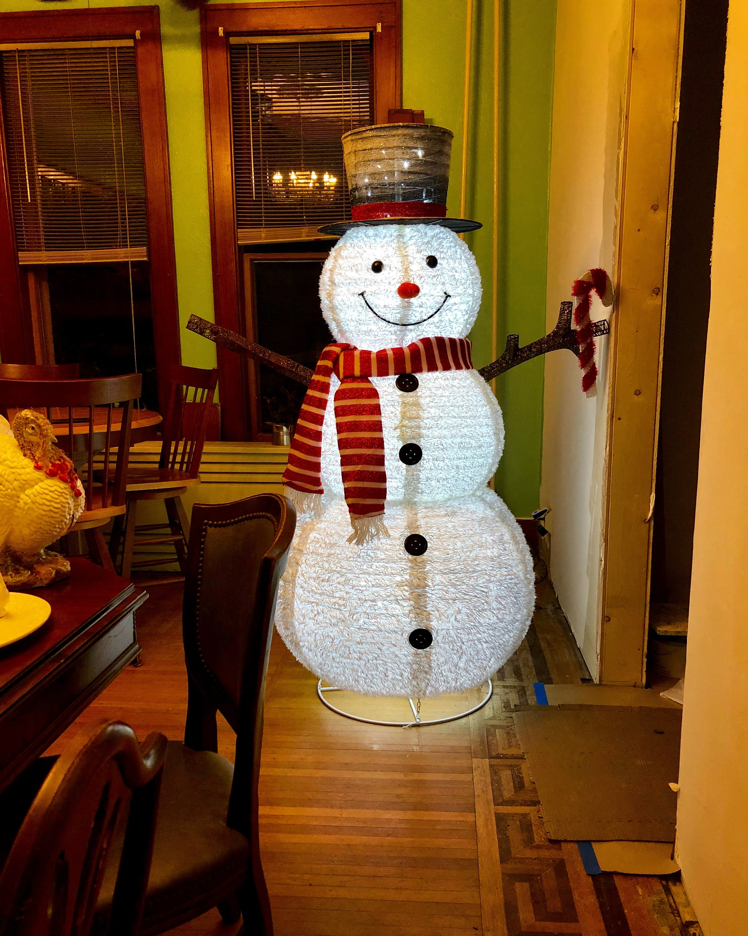 Yes, that's a 6' Frosty in the dining room.