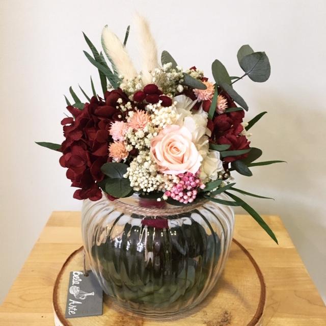 Centro Whitney 45€ - Centro con flores preservadas con hortensias, rosa, flor de arroz, paniculata y eucalipto entre otros.
