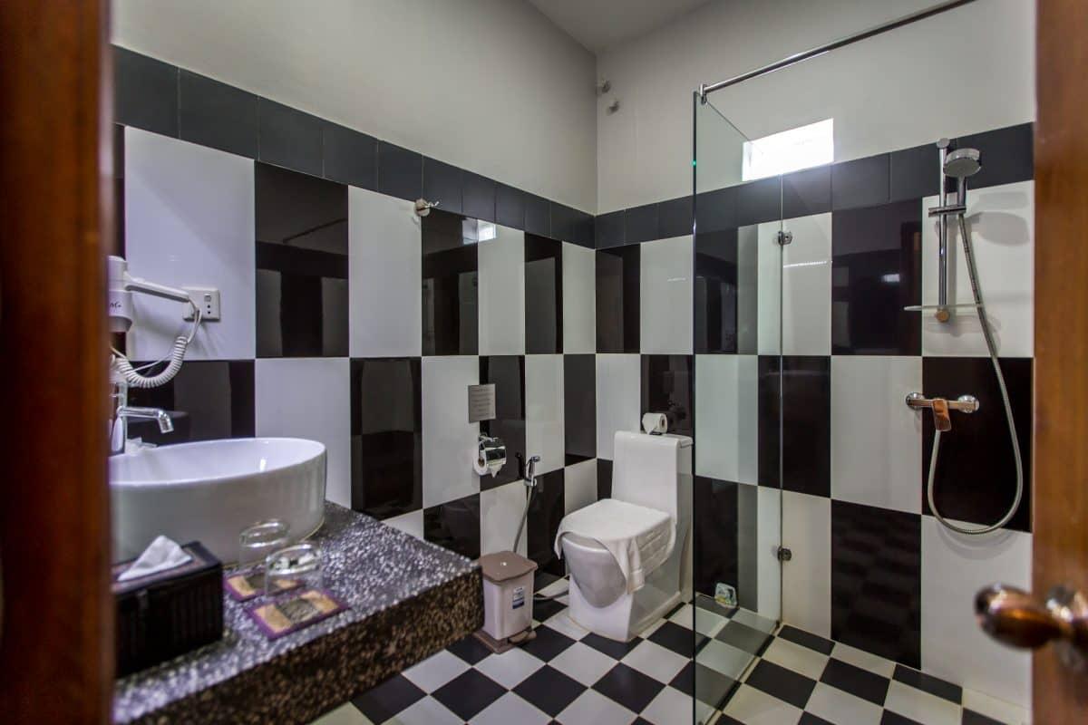 Deluxe Twin Bathroom.jpg