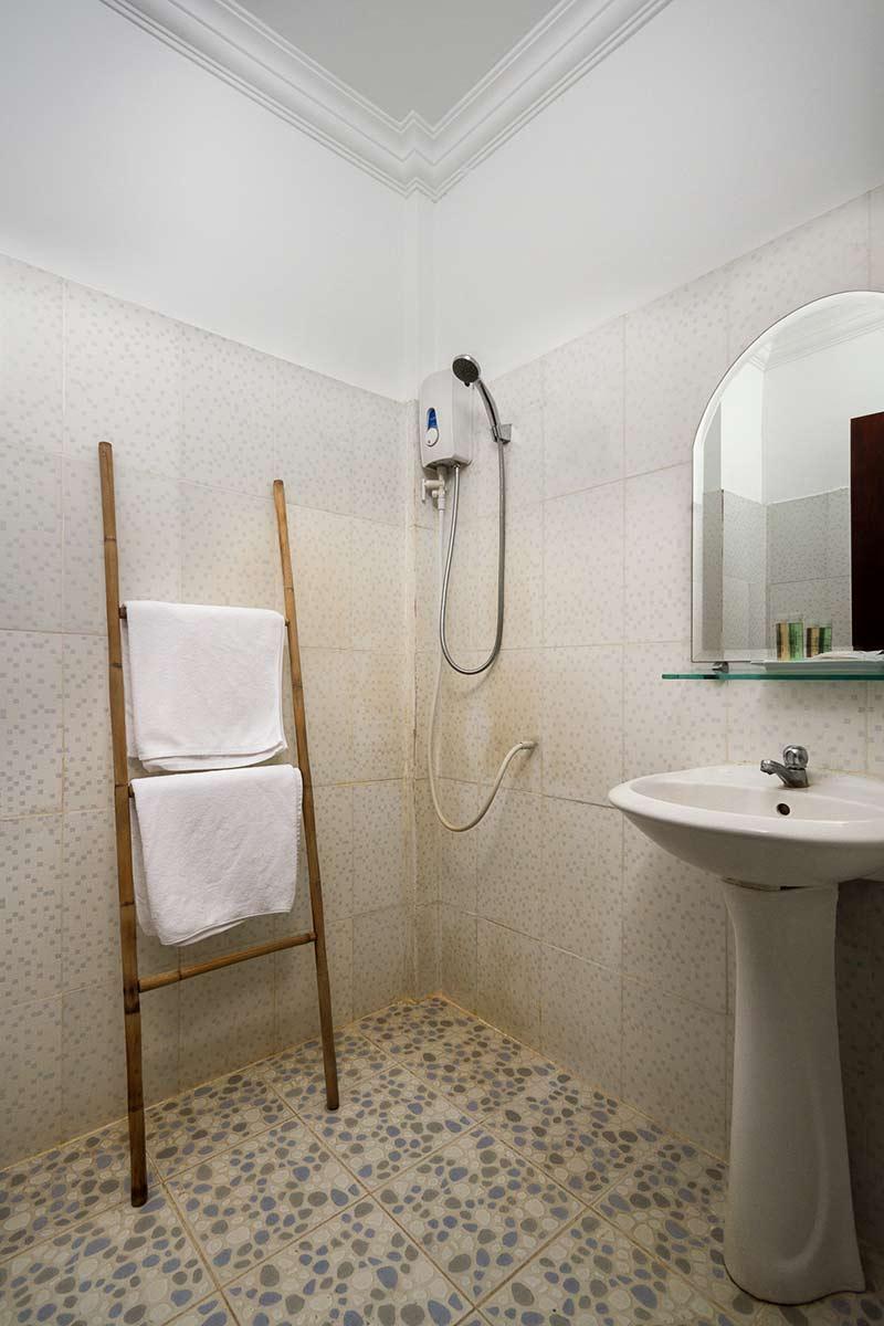 Economy Bathroom Pic.jpg
