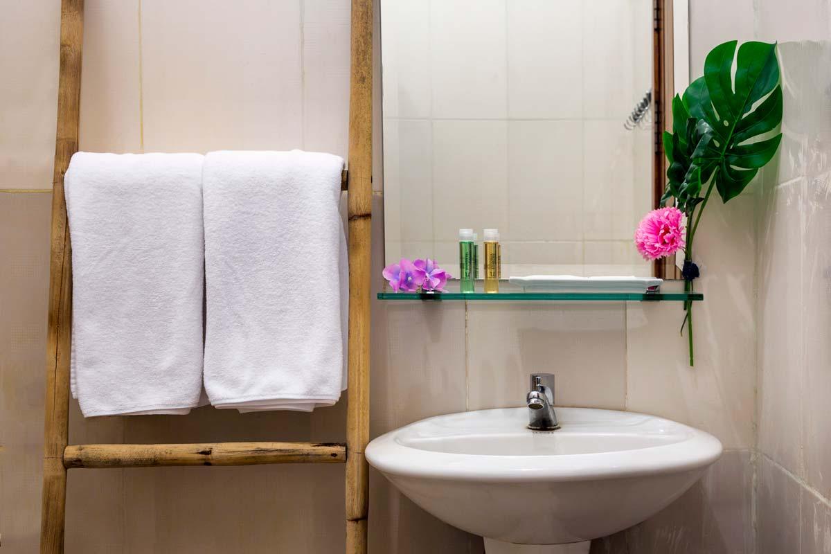 Economy Bathroom Pic 2.jpg
