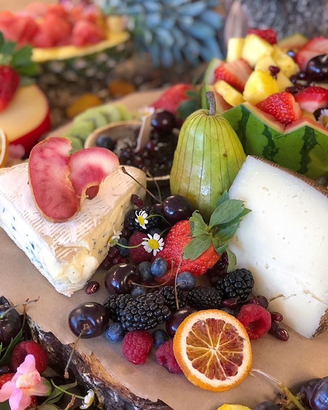 Sometimes all you need is a fruit + cheese board. #🧀 . . . . . . #denver #denverfood #happyhour #eatyourcolors #corporatelunch #events #openhouse #denverevents #denvercatering #partyfood #grazingtable #rustic #🤤 #vegetarian #wonderful #cheese #freshfoods #denverparties #bridalshowers #birthdayparty  #bachlorette #bookclub #ladiesnight #denverrealestate #frontrangefood #food #yummy #denverfoodie #denverevents