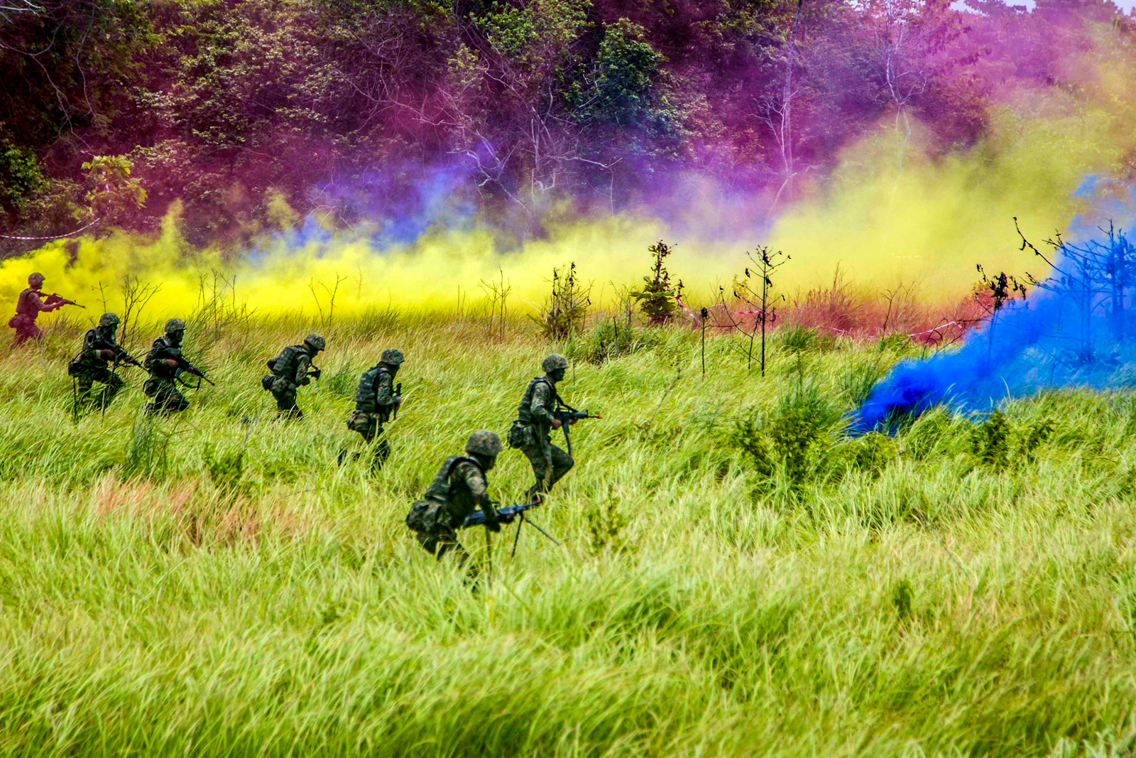U.S. Marines and Malaysian troops use smoke to obscure their movements during an exercise in Tanduo Beach, Malaysia, Aug. 17, 2018, as part of Cooperation Afloat Readiness and Training 2018. // Department of Defense