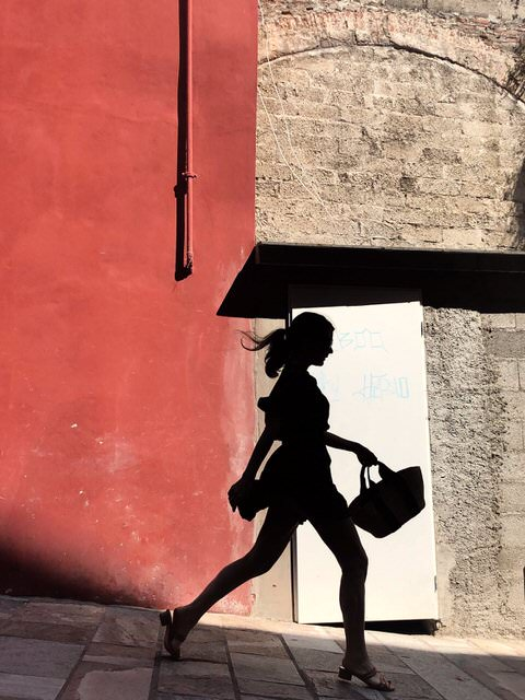 It was a beautiful summer afternoon. This young woman appeared. She seemed happy. His step was lively and light. I thought she was going to a date.