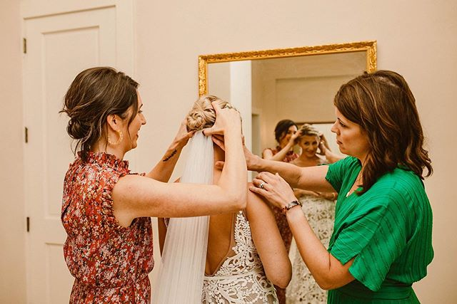 Want to know a new trend I am seeing a bunch of the weddings I shoot? No bridal parties! It's true, you heard me correctly! A good chunk of my brides and grooms along with the ones weddings who I second and associate shoot for are opting out of having bridal parties. I personally LOVE the idea. From a bride and groom's perspective it can be very stressful to choose who you want standing by your side and also overwhelming having to worry about coordinating with multiple people on your wedding day. From a bridesmaid and groomsmen perspective it can be very time consuming, expensive purchasing everything you need and stressful making sure everything goes well. My most recent bride Elizabeth didn't have a bridal party but instead had her best friends get ready with her. And prior to getting ready they had a low key morning where then went on a run and to the farmers market... how fun! Who else here has broke with tradition and not had a bridal party or plans on doing so?🖤
