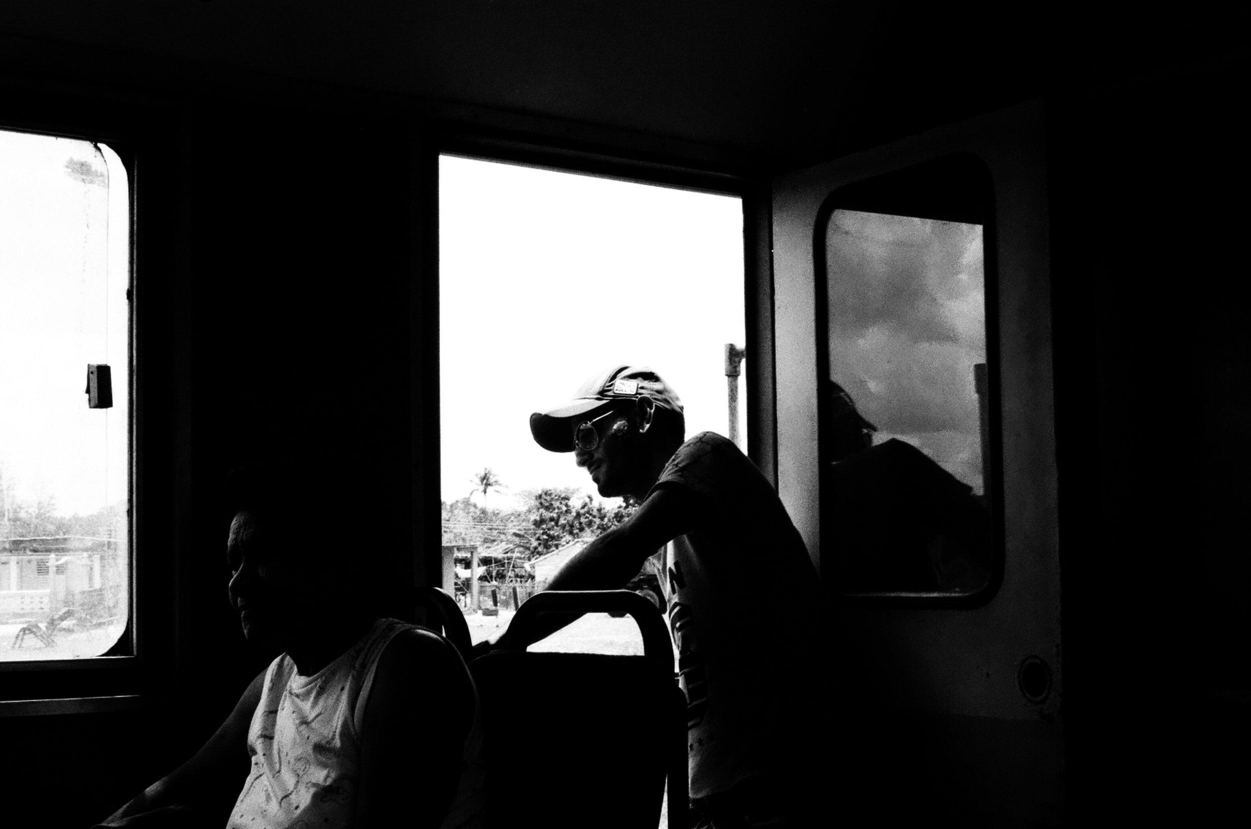 Entre Sagua et Santa Clara, un passager du train admire le paysage verdoyant des prairies cubaines.