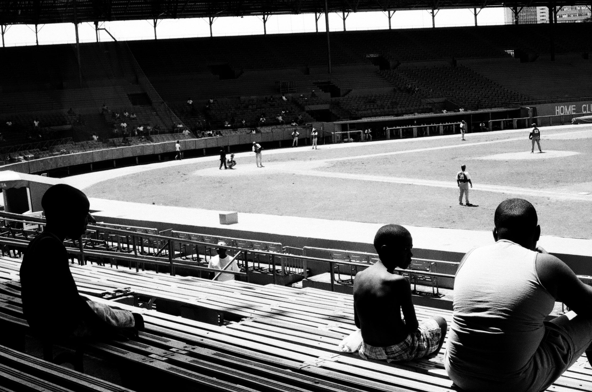 Le baseball occupe une place de choix dans le quotidien des cubains. Mais à la fin de la saison régulière, les stades, comme ici à l'Estadio Latinoamericano, sont pratiquement vides lors des rencontres amateurs.