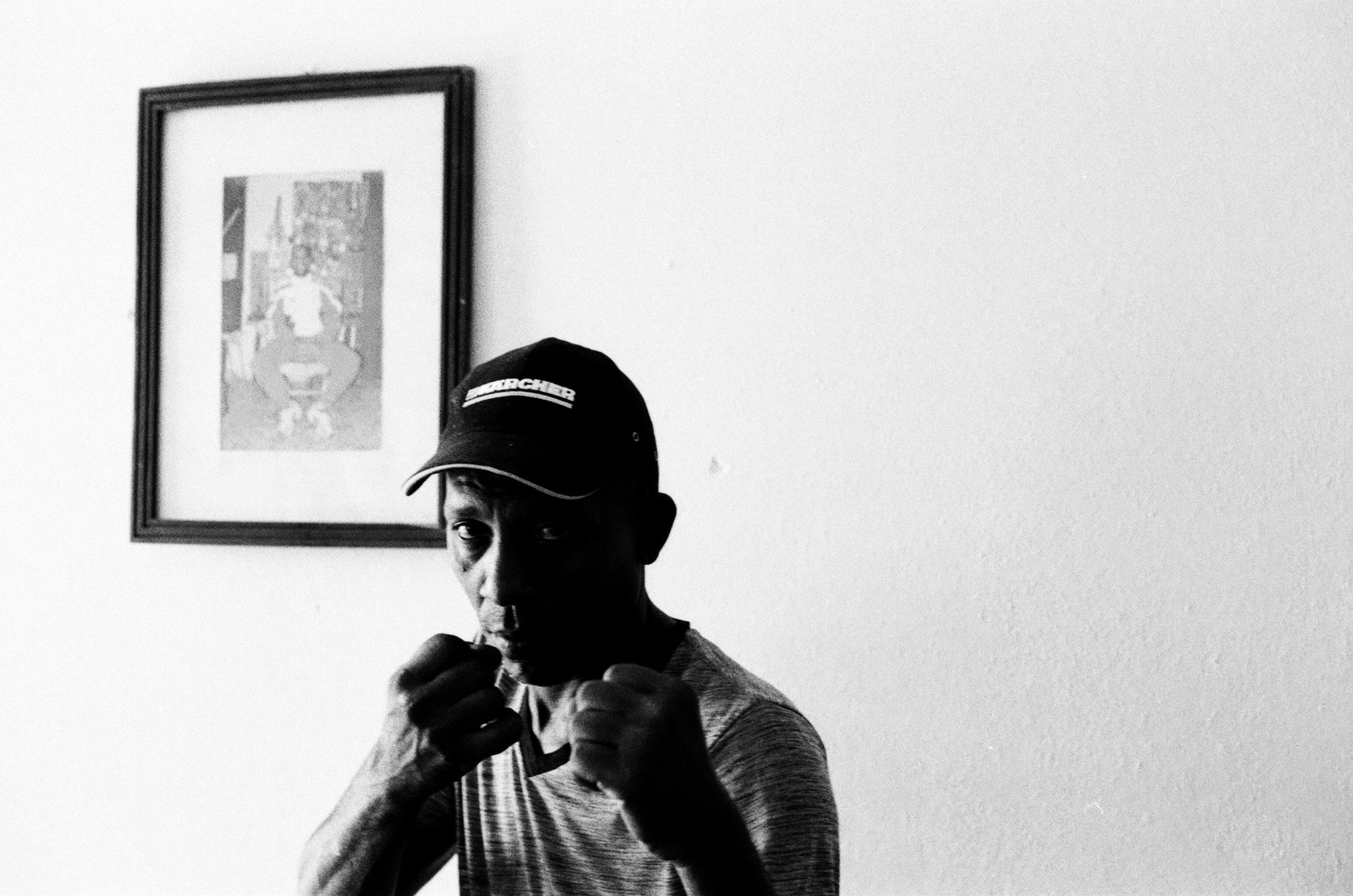 Enrique Carrión, 48 ans, champion de boxe amateur entre 1983 et 2000. Champion du monde en 1989 à Moscou dans la catégorie poids coqs. «  La vie est tranquille à Santiago de Cuba. Les choses s'améliorent doucement depuis la passation de pouvoir de Fidèl à son frère Raul. Je pense que cela va aller mieux avec le nouveau président (Miguel Diaz-Canel).  »