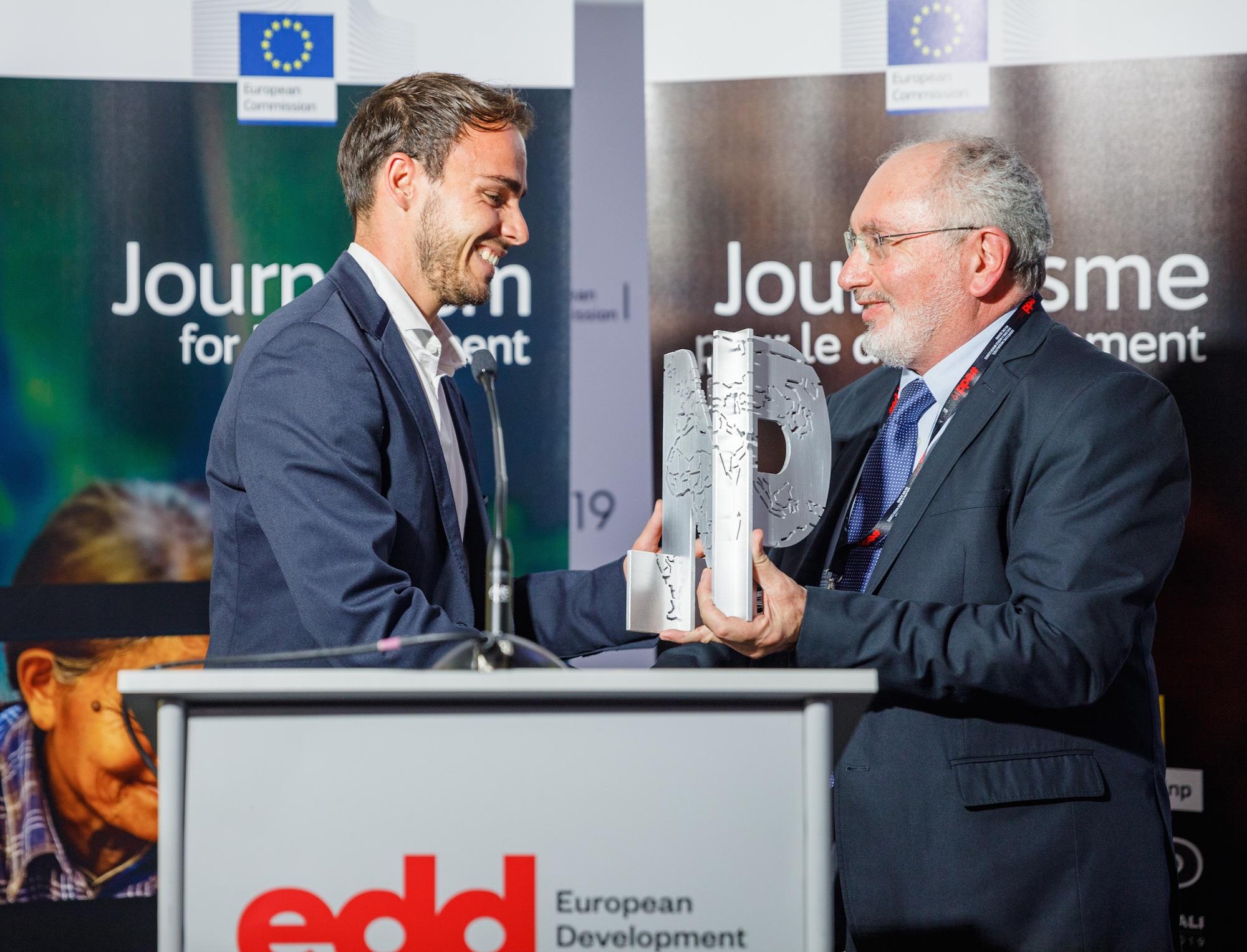 Michel Touma de L'Orient - Le Jour entregando me el Premio Lorenzo Natali en la categoría de mejor periodista emergente. © Twane Photographe