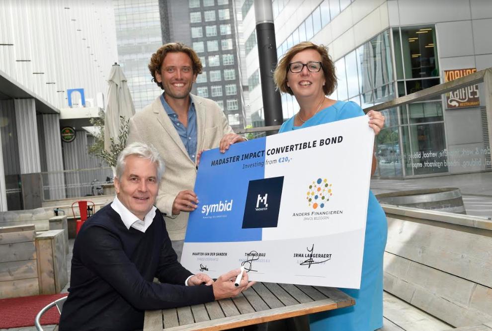 Maarten van der Sanden viert hier samen met Thomas Rau(Madaster) en Irma Langeraert(Anders Financieren) de start van een nieuwe investeringsuitgifte