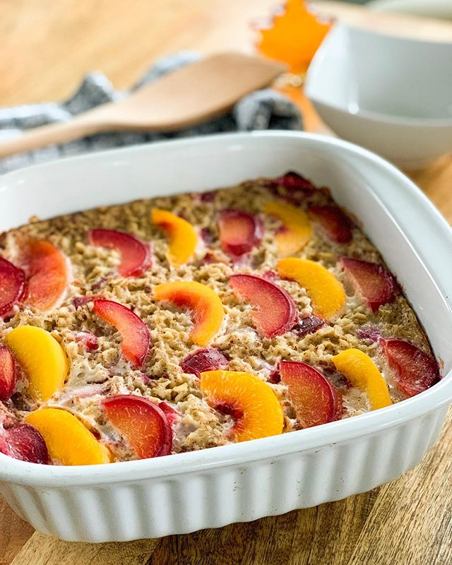 This was too good not to give it a proper post 😋 With summer fruit baked into a warm oatmeal, the dish is a perfect way to blend seasons🍑🍁