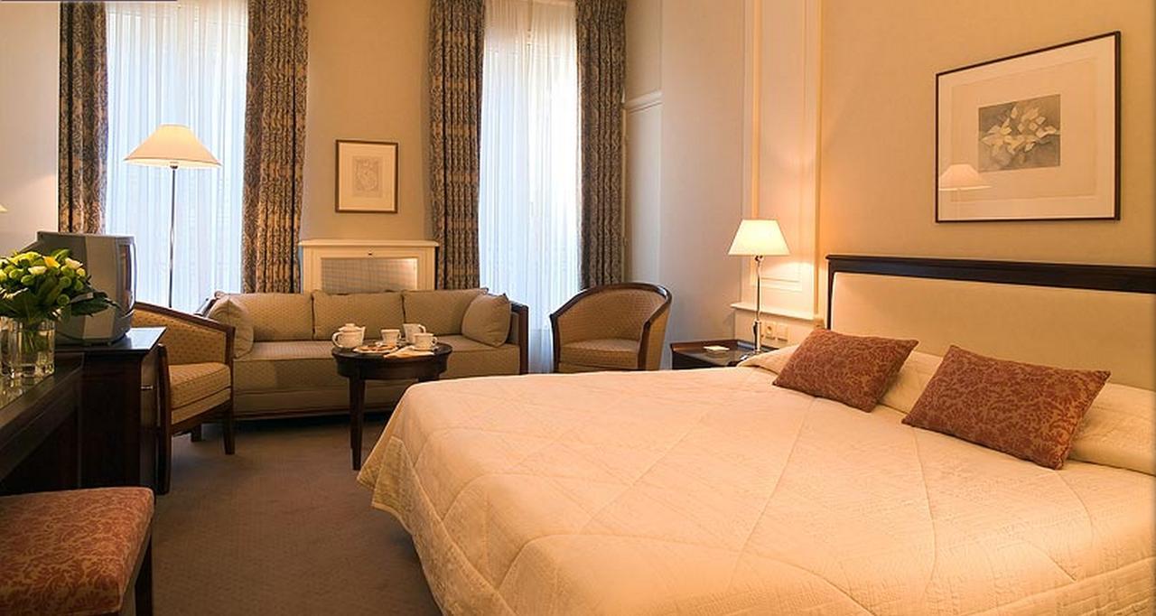 Hotel Bedford, Paris - Este hotel se encuentra a 3 minutos a pie de Saint-Lazare, el Boulevard Haussmann y los centros comerciales Galeries Lafayette y Printemps. La estación de metro de Madeleine se sitúa a 250 metros y ofrece fácil acceso a los todos los lugares de interés más famosos de París.