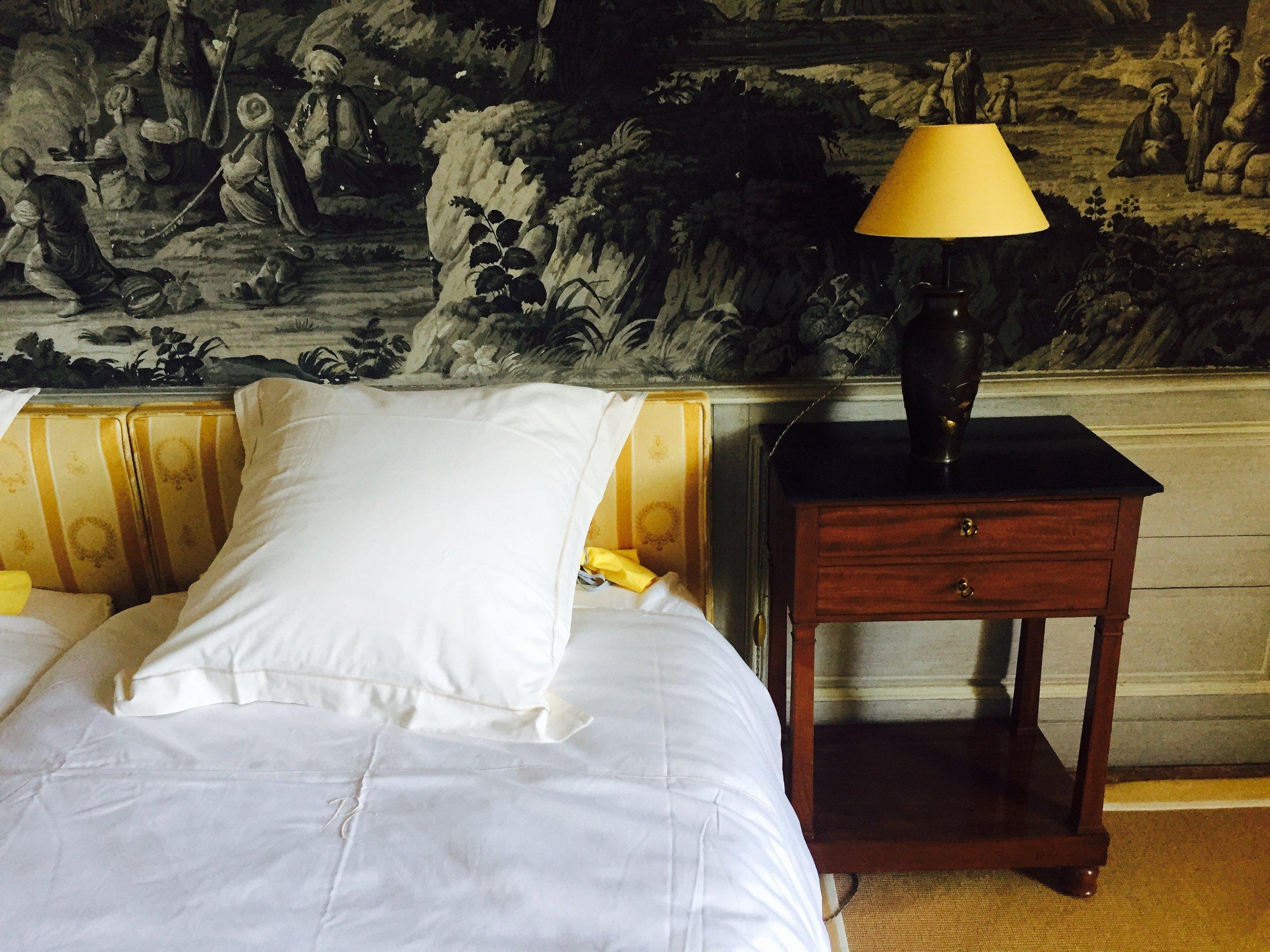 Nos chambres - Quatre chambres doubles dans le château sont proposées à la location pour les mariages ou tout autre événement : les Roses (suite avec une chambre supplémentaire), les Grisailles, les Mandarins et le Boudoir. Chaque chambre, à la décoration soignée,dispose d'une salle de bain et de toilettes indépendantes.