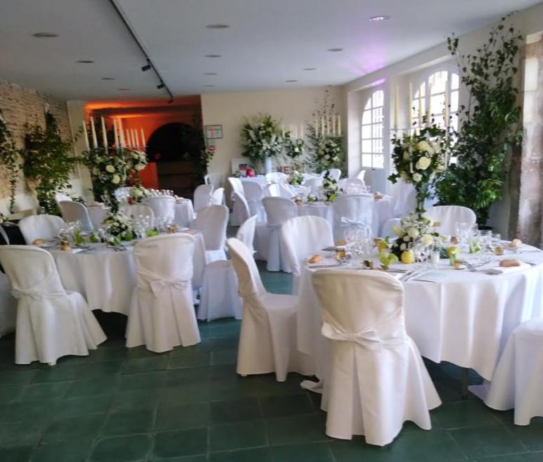 Notre salle - Dans cette salle, vous pourrez confortablement recevoir 120 invités, une capacité qui peut être au moins doublée, en installant une tente, collée à la salle. Les fenêtres et les portes sont escamotables. Nous pouvons vous fournir quelques tables, quelques chaises et quelques petites tentes.