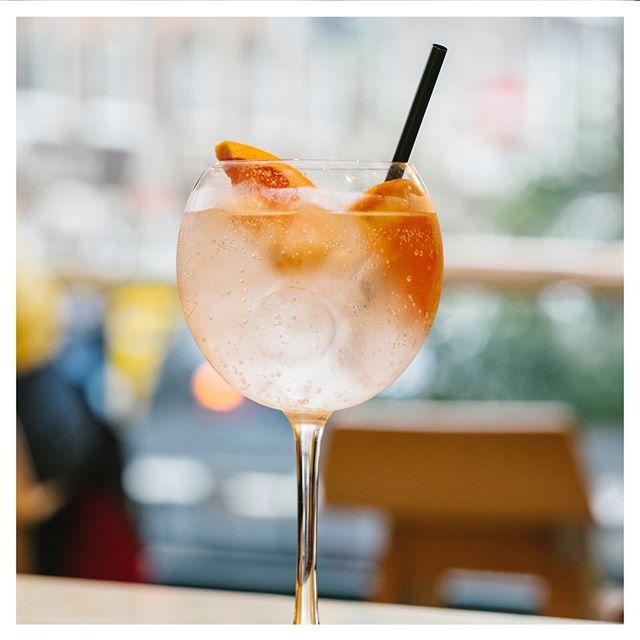 Houd je hoofd koel deze zomer. ❄️ #localscoffee #localsamsterdam #depijp #amsterdam #drinks #gintonic #ishetalweekend #cocktails #drink #cocktail #fun #friends #instagood #summer #mixology #alcohol #gin #weekend #drinkstagram