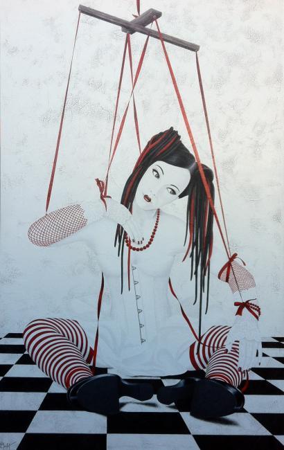 Une femme-marionnette est assise sur un damier. Attachée par des rubans rouges par les poignets et les chevilles, elle semble, la tête un peu penchée, attendre les indications de son marionnettiste.