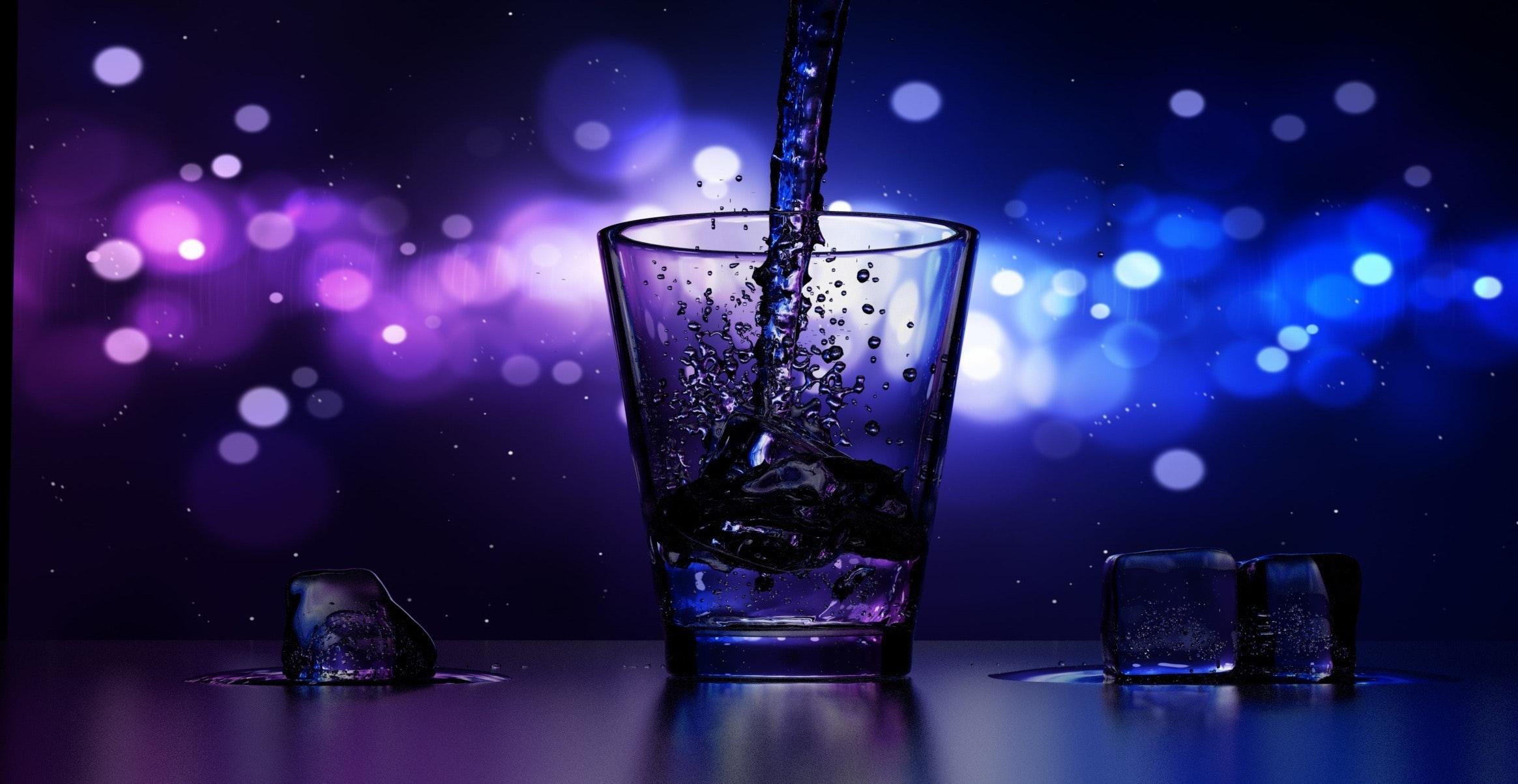 Verre à cocktail. Explosion de couleurs bleues et mauves.