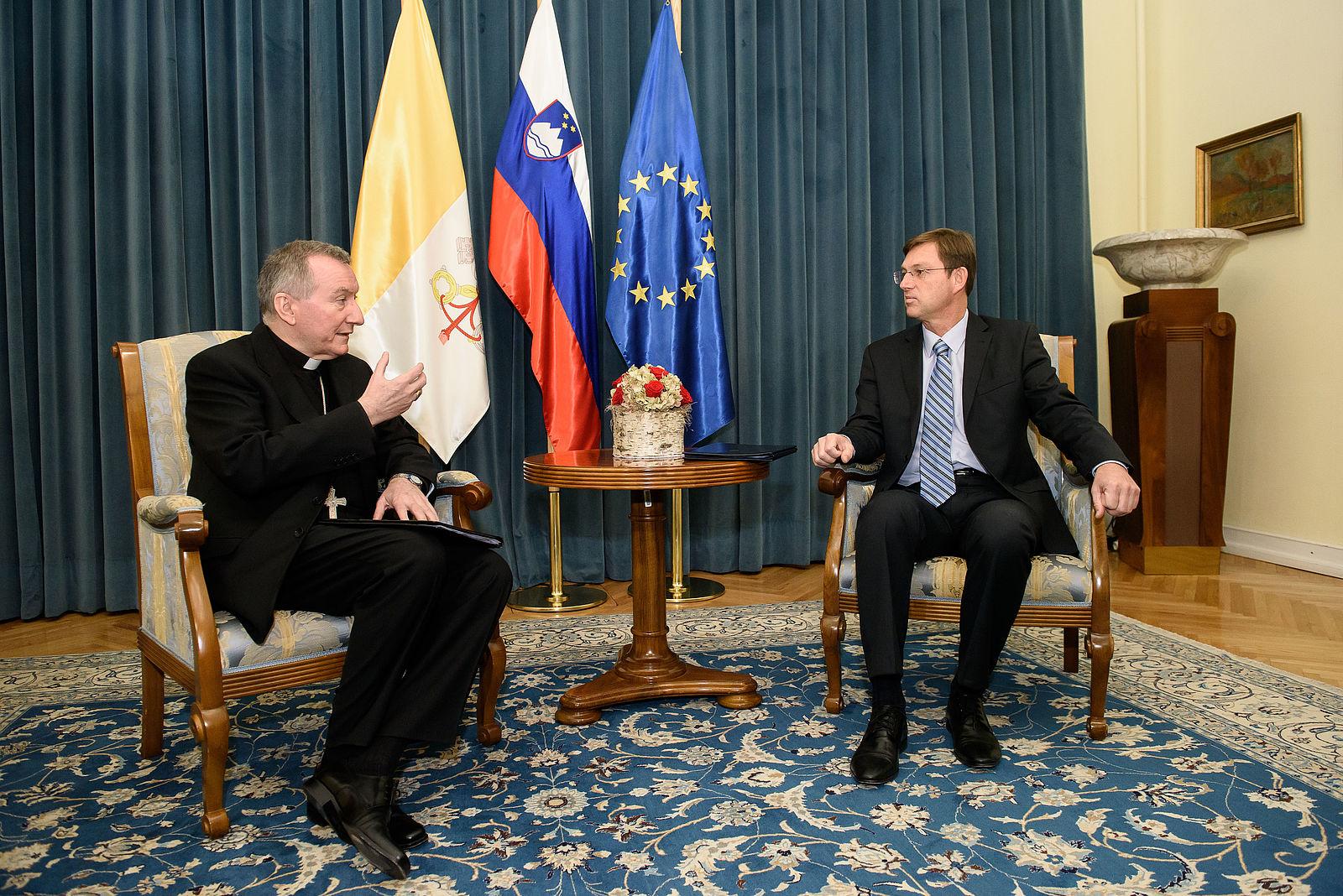 Državni tajnik Svetega sedeža kardinal Pietro Parolin na delovnem obisku pri takratnem predsedniku Vlade RS dr. Miru Cerarju (foto: vlada.si)