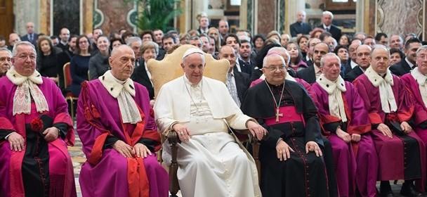 Papež Frančišek na letnem srečanju s sodniki in uslužbenci Rimske rote (foto:farodiroma.it)