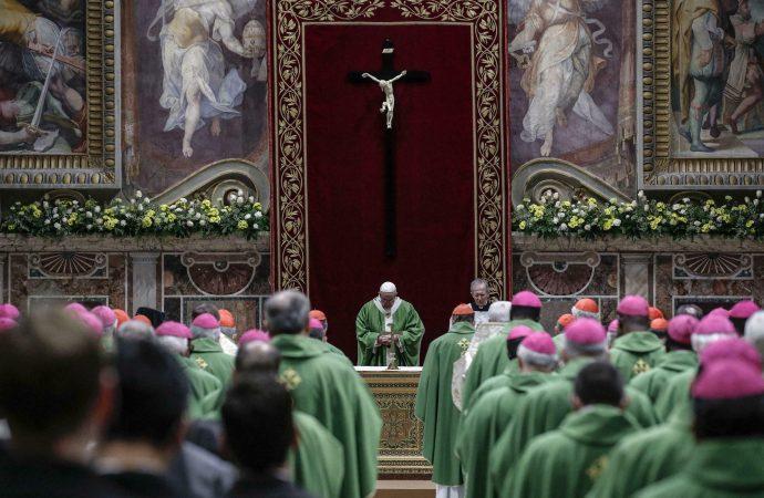 Papež Frančišek s kardinali in škofi pri evharistični daritvi ob sklepu srečanja (foto: cruxnow.com)