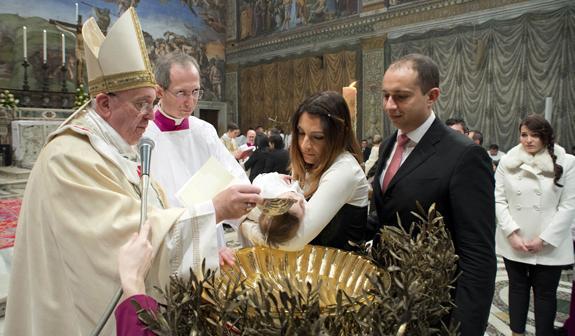 Papež Frančišek krščuje otroka (foto: splet)
