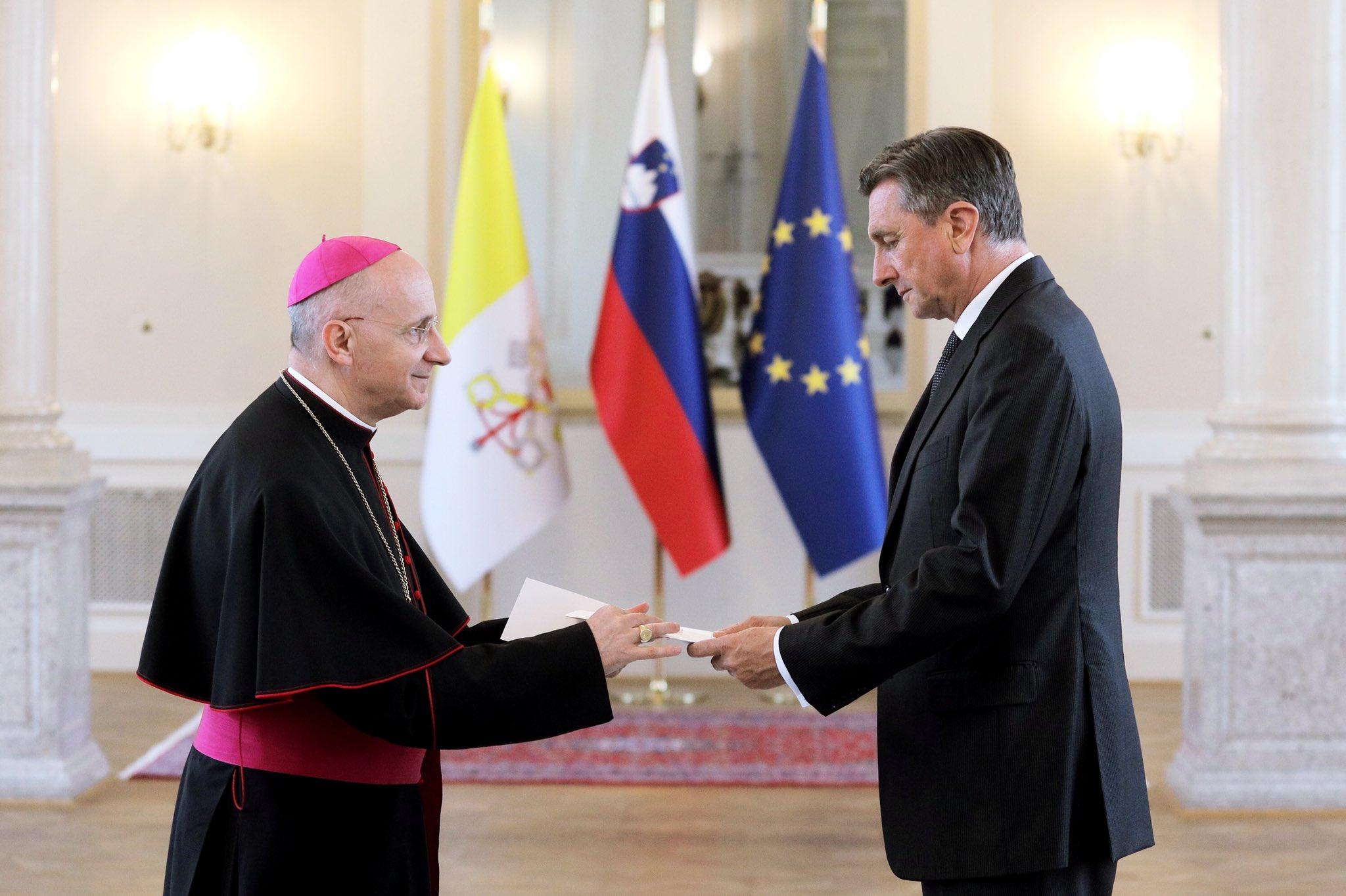 Apostolski nuncij nadškof mons. dr. Jean-Marie Speich predaja poverilna pisma slovenskemu predsedniku Borutu Pahorju (19. 6. 2019, foto: STA)