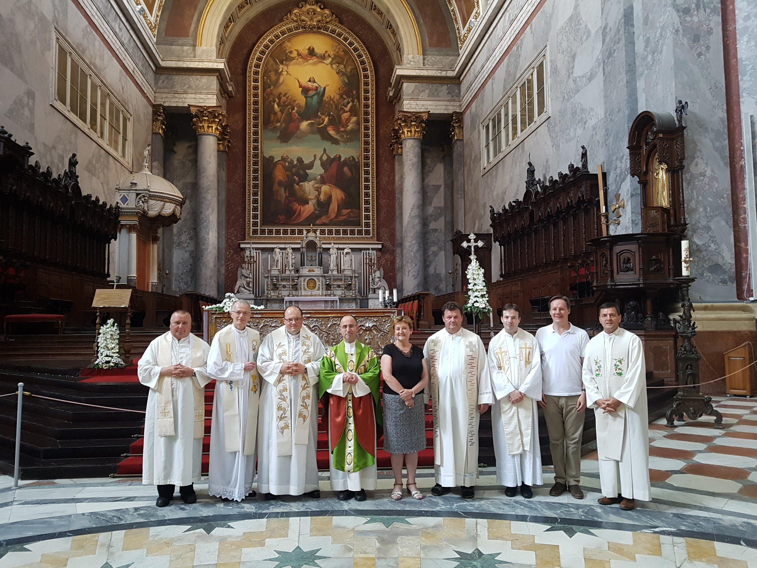 Pred glavnim oltarjem esztergomske katedrale