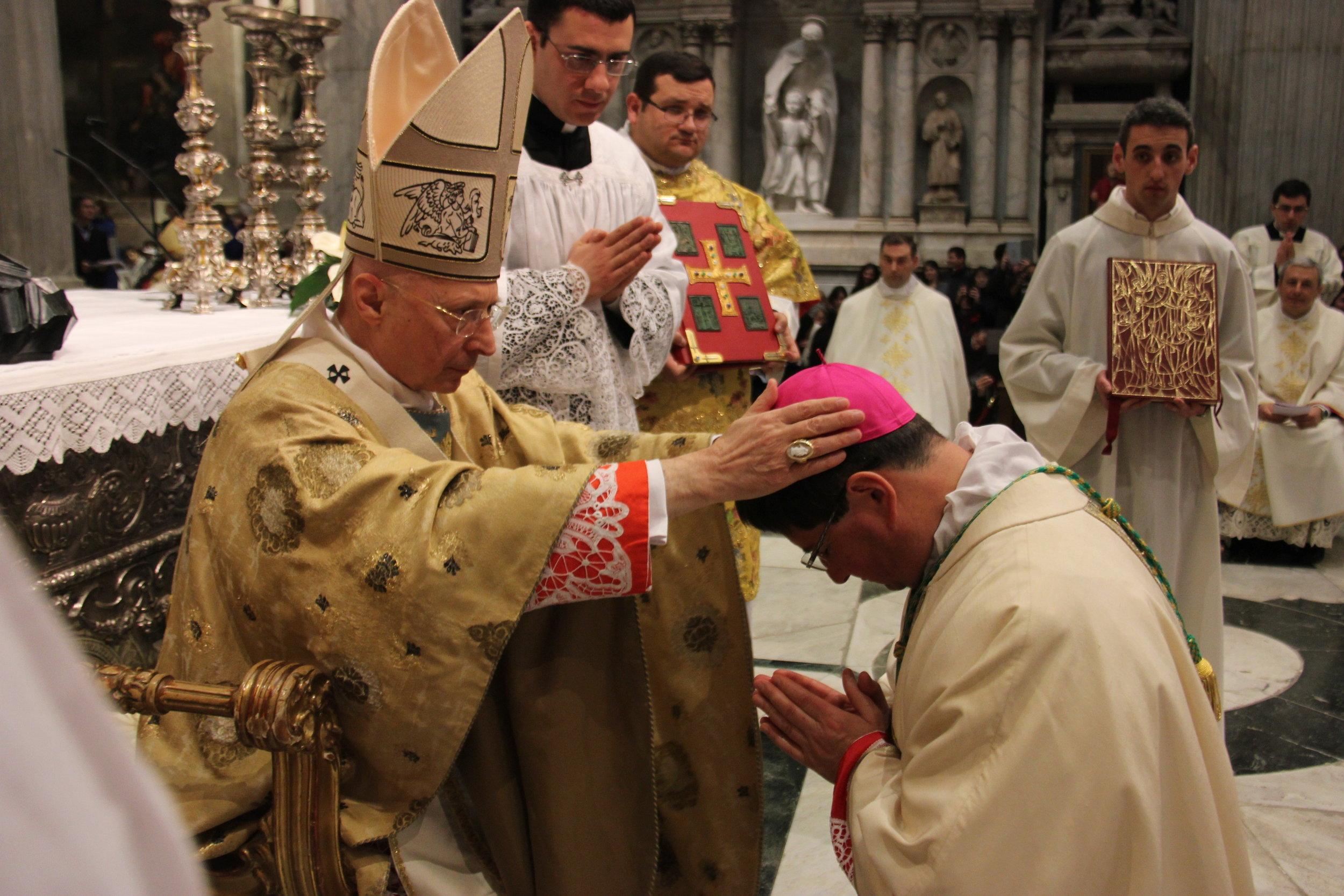 Obred škofovskega posvečenja (foto: chiesadigenova)
