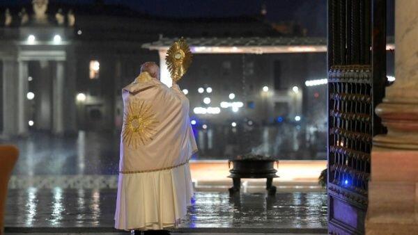 Papež Frančišek podeljuje evharistični blagoslov Urbi et orbi - 27. marec 2020 (foto: splet)
