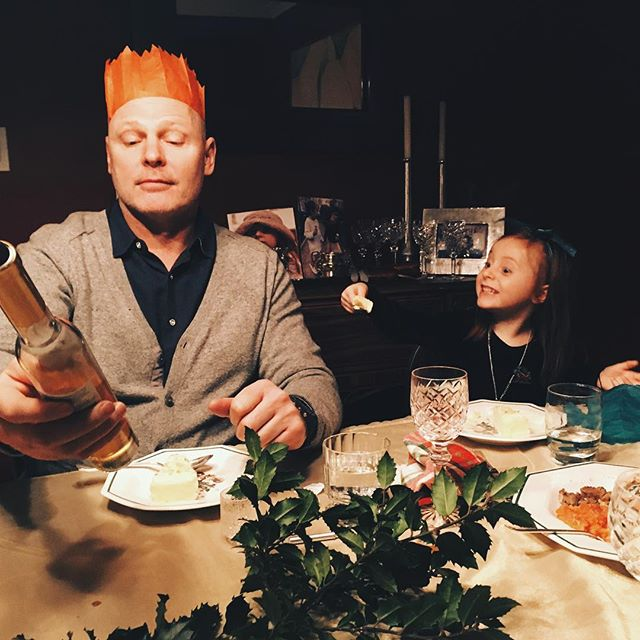 We are almost done our Christmas celebrating. Here uncle Louis checks out some ice wine while his sidekick devours some cake. We'll be back in business on Saturday so see you then !