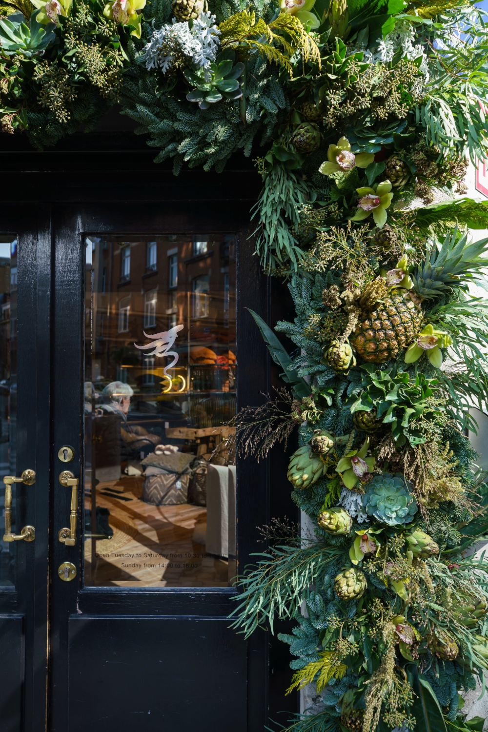 """Storefront of Lucia Esteves Lifestyle, Ixelles - Composition """"Green camaïeu"""" by Horty Poetry, December 2018 - photo by Frédéric Raevens"""
