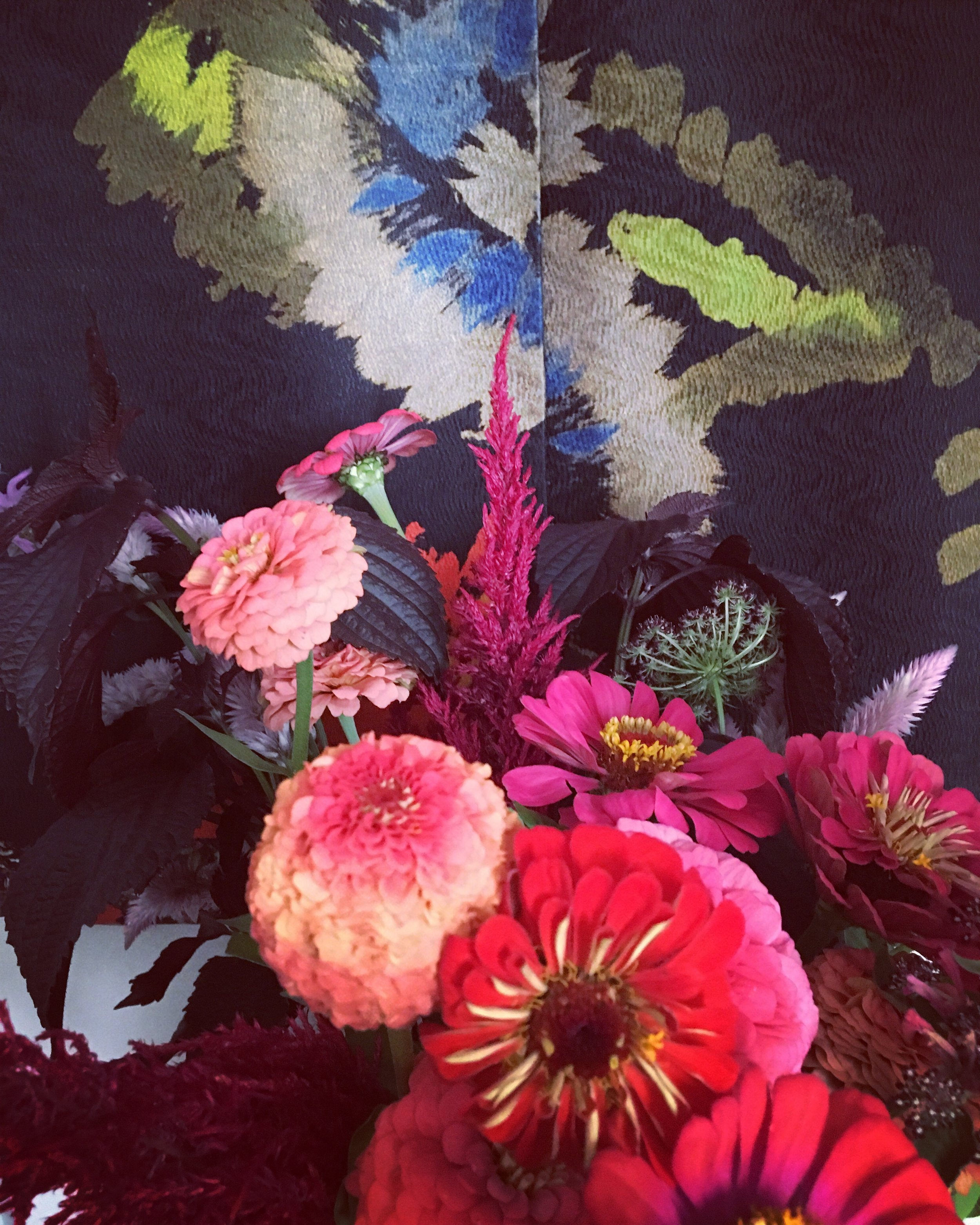 Summer Bouquet by Horty Poetry in front of a printed silk of Dries van Noten | Shizo, Zinnia, Dahlia, Celosia flamingo, Celosia Plumosa, Dara Daucus Carotta |…| photo by Horty Poetry | August 2019