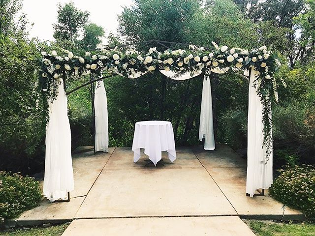Not sure how these flowers survived a big move from the ceremony arch to the reception arch, but swipe to see that transformation! 🙌🏼