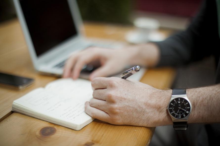 person-apple-laptop-notebook-large.jpg