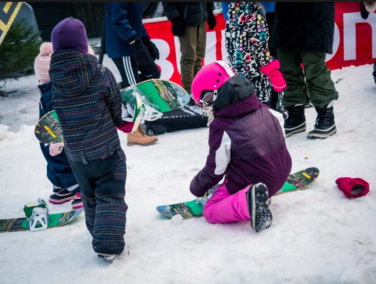 Perheen pienemmille löytyy myös paljon tekemistä Lumimaasta. Kuva: Simo Vilhunen