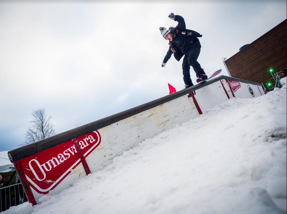Kilian Hänninen ja boardslide Ounasvaaran flat down reiliin. Kuva: Simo Vilhunen