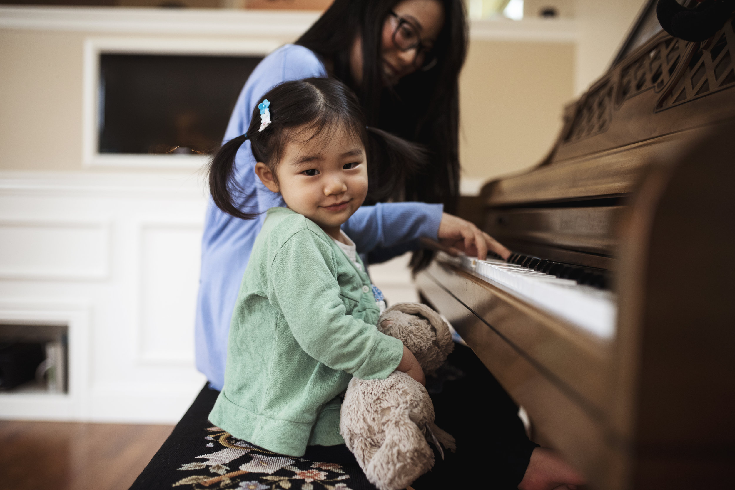 Seattle family photographer mom and daughter playing piano