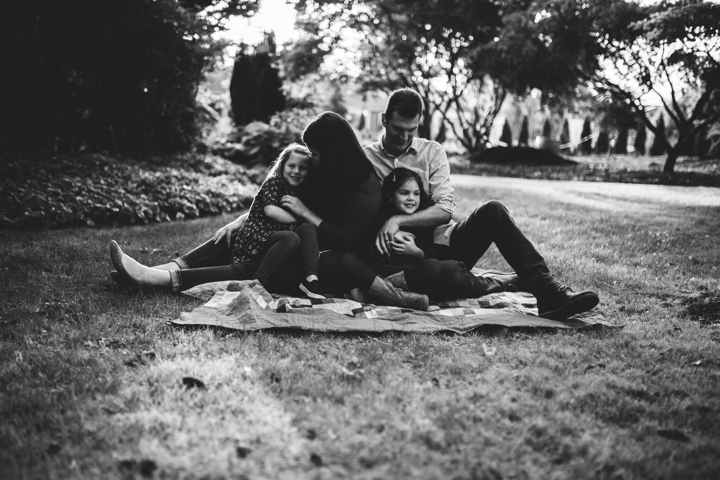 Everett family photographer family on blanket