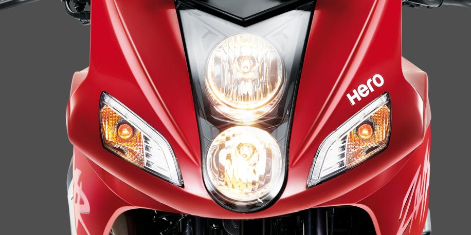 DOBLE FAROL - El doble farol de la ZMR le da un toque europeo a la motocicleta. Mejora la visibilidad en luz baja y alta.