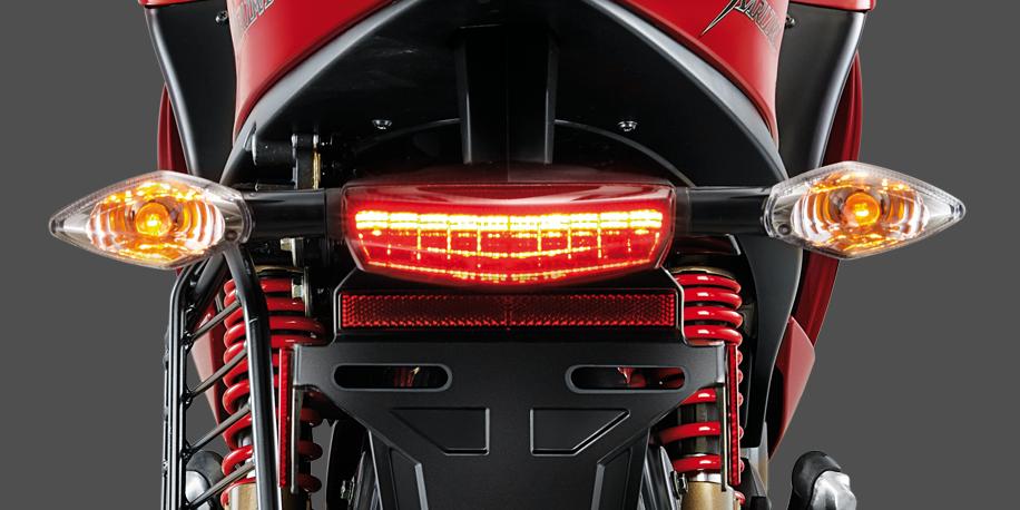 LUZ TRASERA LED - La luz trasera led aumenta la visibilidad de noche y su estilo minimalista replica esas motos tipo sport de cilindrajes más altos.