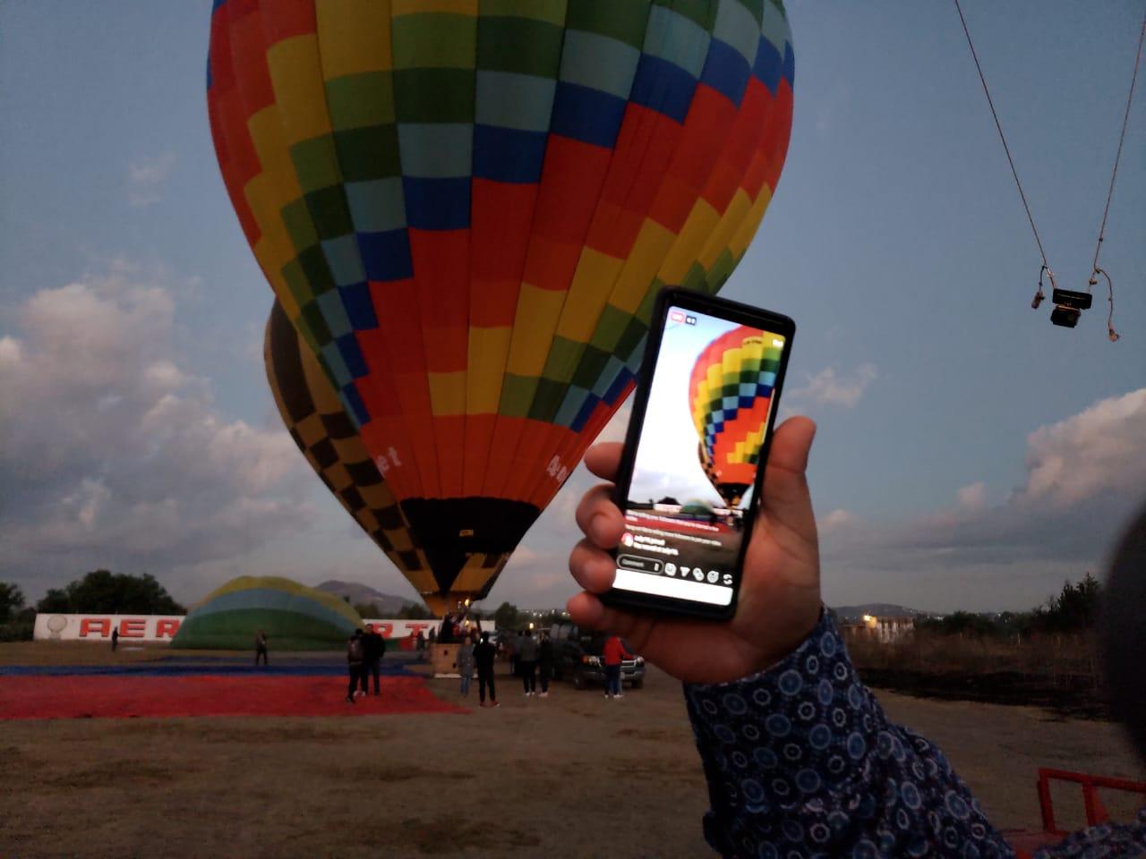Foto tomada amaneciendo cuando aún estaba medio oscuro en Teotihuacán, México justo antes de nuestro paseo en Globo Aeroestático