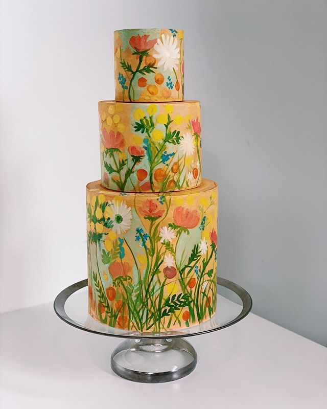 I'm getting those springtime feelings 💐#springflowers #handmade #weddingcake #customcake #paintedcake