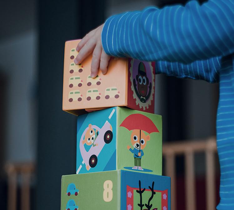 """Campaña Building Blocks for Kindergarten - Un grupo activo de la iniciativa Desde la Cuna a la Carrera, Building Blocks for Kindergarten es una colaboración de la Ciudad de Santa Mónica, SMMUSD, y otras agencias de la comunidad que trabajan juntas para crear conciencia entre los padres y los proveedores de cuidado infantil sobre la importancia de la preparación para el kínder.Las actividades de la campaña han incluido el desarrollo y la distribución de un Manual de Preparación para el kínder en inglés y español, el fomento del uso de la aplicación VROOM entre los padres de los niños pequeños, ofrecer mejores tiempos de cuentos en las bibliotecas y participación en el Festival de """"Arts + Literacy"""" de la Ciudad."""