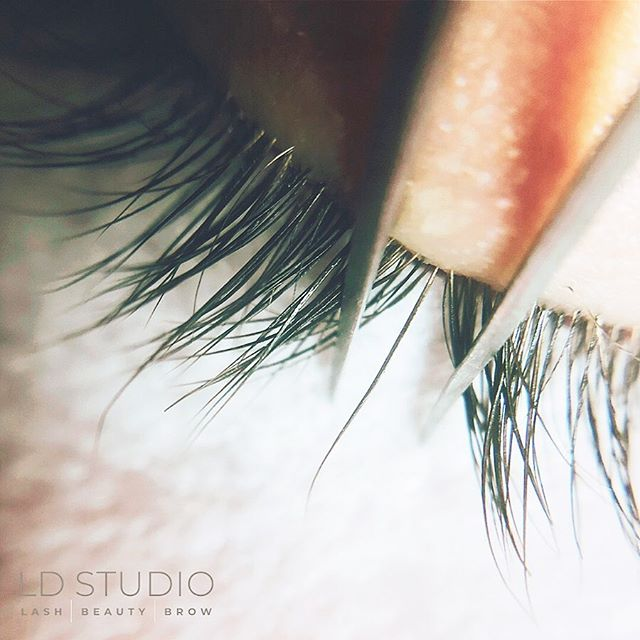 Make or Break - Lash Health Tip 🌟🌟🌟🌟🌟🌟🌟🌟🌟🌟🌟 When receiving classic lash extension there is one VITAL thing to always know! ISOLATION!! There should only be ONE false lash attached to ONE natural lash.  This is what separates Classic lashes from volume. With Volume Lashes you attach multiple false lashes. BUT AGAIN it's applied to ONE natural lash!  When a false lash is attached to more then one natural lash it compromises your natural lash line! Making premature lashes fall out. 🙈  One of the pictures is of a client who received lashes from someone else! As you can see the lashes are applied to multiple natural lashes and all sorts of a mess!!! The other 2 pictures are what your lashes should look like after a classic lash set with correct separation.🌻🌻🌻🌻