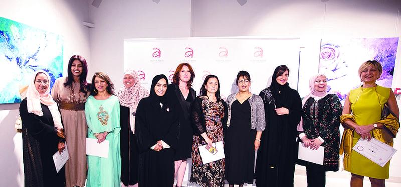 نجاة مكي وعائشة العبار والمشاركات وبعض الحضور في لقطة جماعية | من المصدر