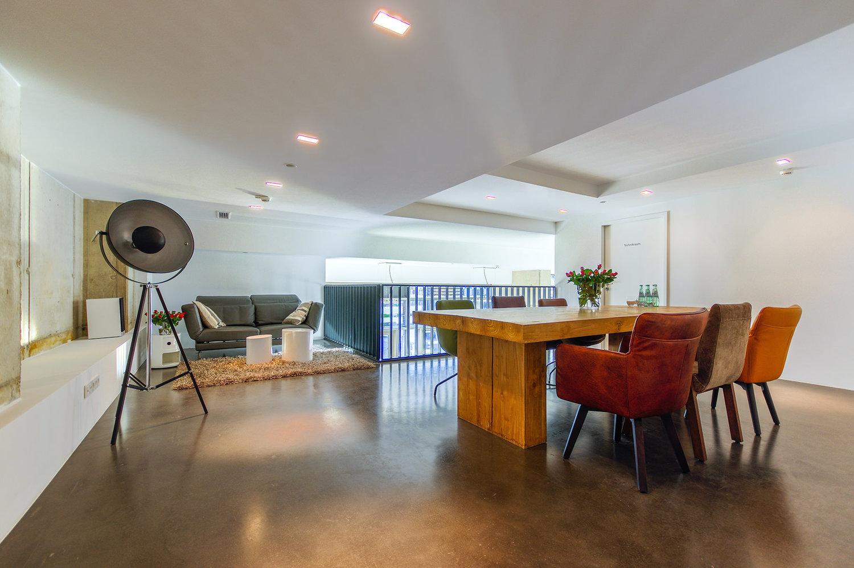 Meeting-und VIP Bereich   Unser Meeting- und VIP Bereich befindet sich in der Galerie. Ein idealer Rückzugsort oder Bereich um vertrauliche Gespräche innerhalb des Showrooms, aber getrennt von der Hauptfläche zu führen.