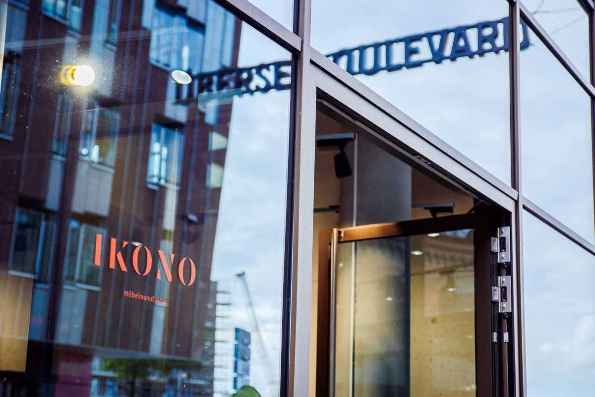 Store-in-Store Pop Up Location - Außenansicht   Der IKONO Store befindet sich im Haus Virginia auf dem Überseeboulevard, umgeben von Ladengeschäften, Supermärkten und Gastronomie Angeboten.
