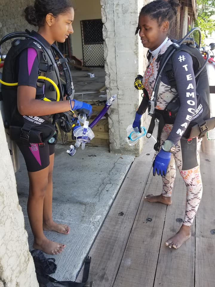 Shayla & Alisha doing their pre-dive safety check